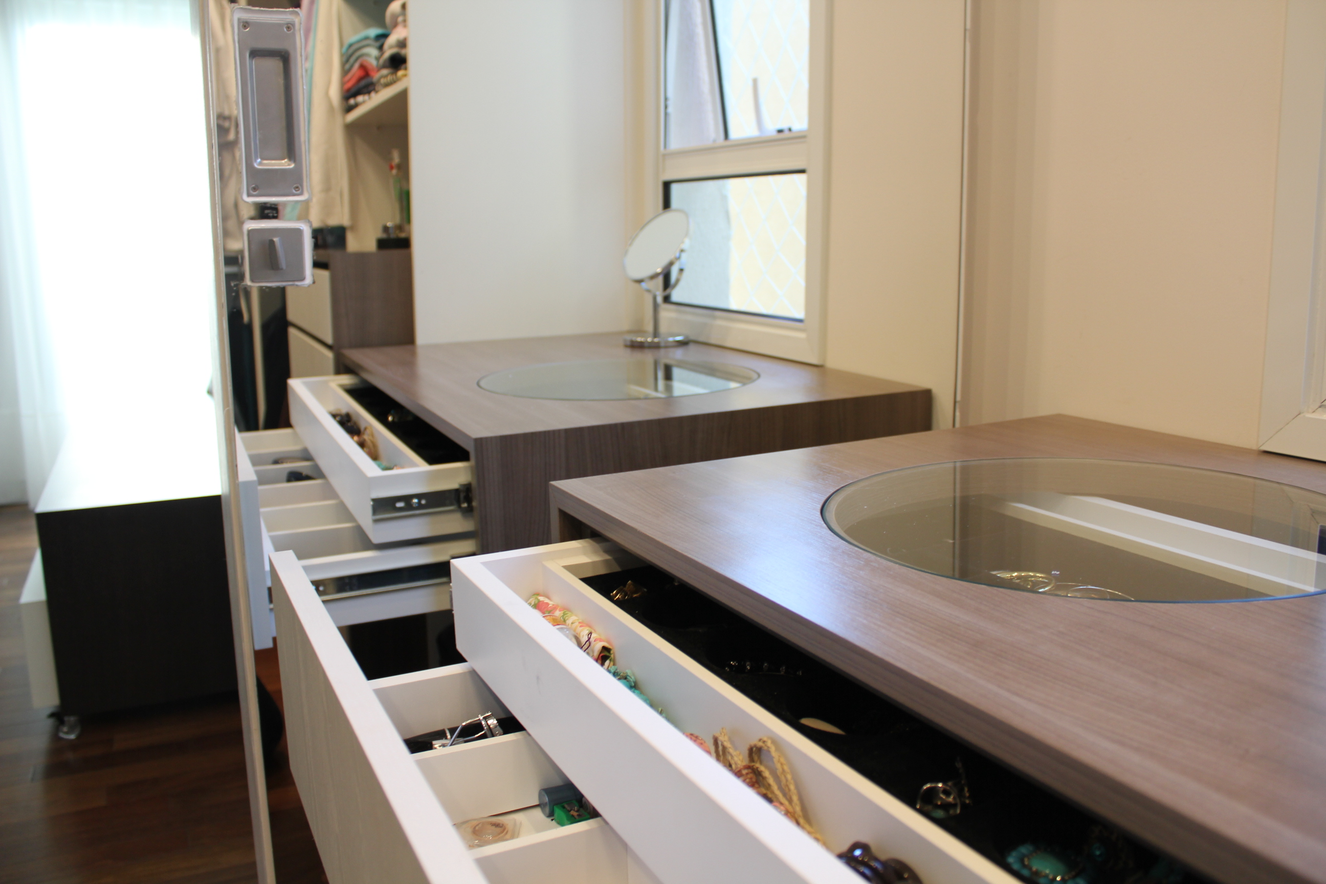 Closet Penteadeira e porta jóias Moveis Sob Medida Curitiba  #836A48 2592 1728